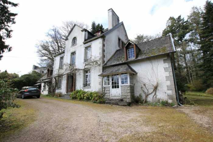 AHIB-3-M2021-2914862 Huelgoat 29690 Superb 'Maison de Maître' with over 1 hectare of park land, garages, and facing the lake in Huelgoat!