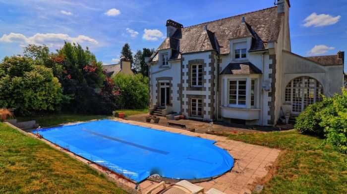 AHIB-2-YL-728 Guémené sue Scorff 56160 Very attractive 6 bedroomed town house with nice garden and a pool! Needs updating