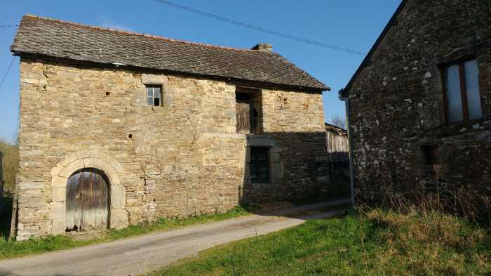 AHIB-1-PI-3094 La Prenessaye.Old stone barn from 1657, for complete renovation, 115m2, with wooden barn, & 7000m2 land.