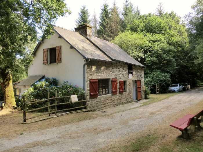 AHIB-1-PI-1736 Between La Motte - Plessala 22330 . A little corner of paradise! Stunning detached 2 bedroomed cottage on 3575m2