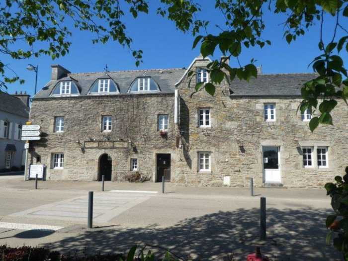 AHIB-mon1984 Plouzevede Nr St Pol de Leon 29440 Great potential for this former 17th century Coaching Inn with 2245m2 grounds