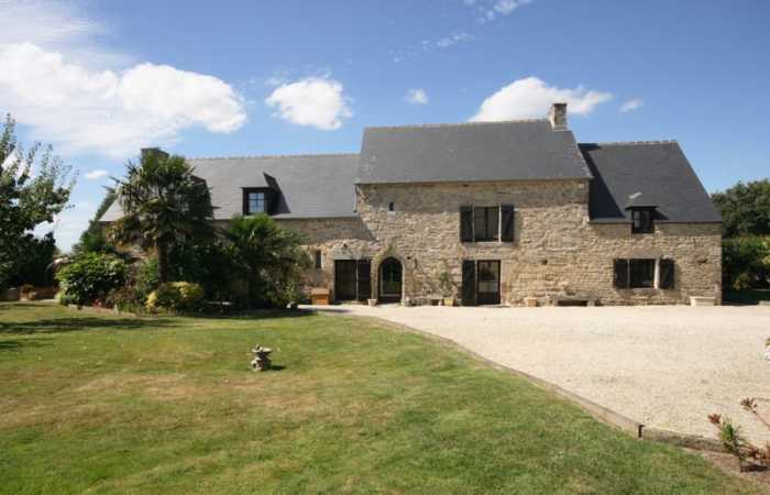 10 mins Dinan 22350 (Cotes d'Armor) Stunning 4 Bedroomed Manor house with 1,525m2 garden. Close to Brusvily for bakery, butcher, hairdresser, restaurant and close to Plumaudan for doctor & pharmacy.