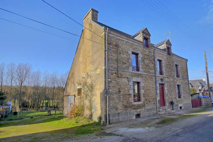 AHIB-2-DN-618 Colpo 56390 Large village house to refit with 3/4 acre and a building plot!