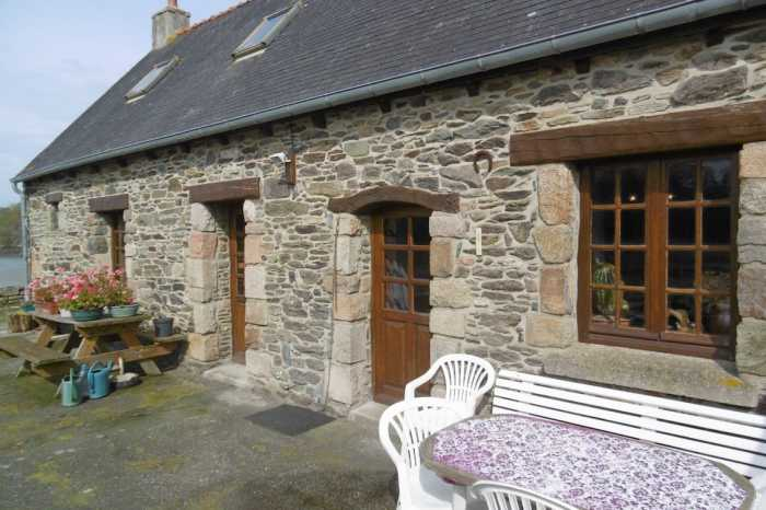 AHIB-1-PO-086 Treguier 22220 Remote chocolate box cottage on the edge of the river with stunning southerly views.