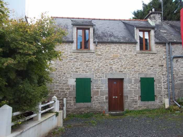 AHIB-3-M2510-29141166 Hulgoat 29690 In Huelgoat, a charming 2 bedroom stone house with terrace overlooking the lake, completely renovated!