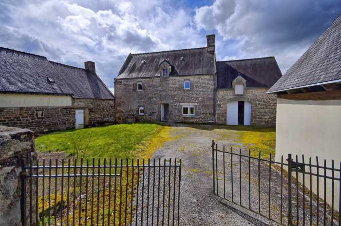 AHIB-2-YL-635 Nr Pontivy 56300 Nice looking 4 bedroomed village house with 1352m² courtyard and garden
