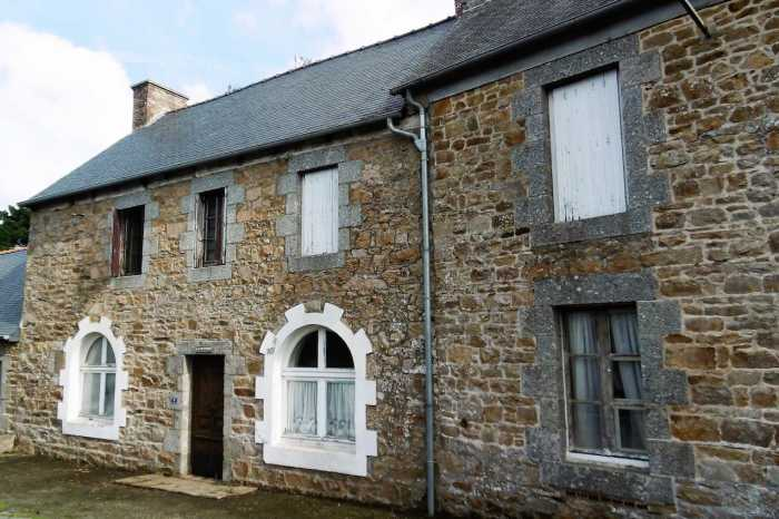 AHIB-1-PO-075 Begard 22140 Spacious 3 bedroom stone village house with barn and 2717m2