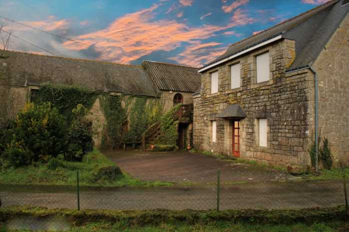 AHIB-2-YL-2994 Guern Nr Pontivy, Detached 3 bed house, 1 bed apartment, outbuildings to renovate and hangar on 2683m2