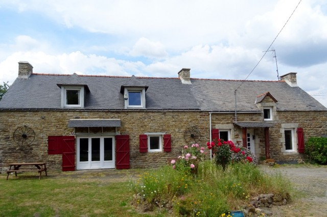 UNDER OFFER AHIB-2-M11080 Trédion 56250 Lovely detached renovated 5 bedroom farmhouse with covered terrace and half an acre garden. No immediate neighbours.