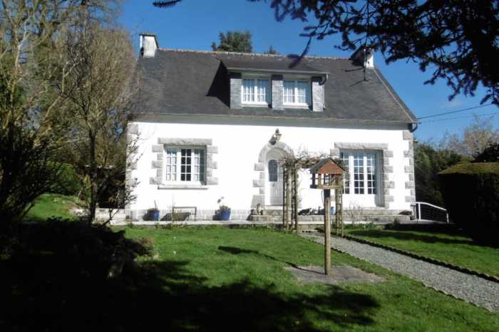 AHIB-1-PO-115 Callac de Bretagne 22160 Attractive and well presented 3 bedroom property in a delightful location, walking distance to shops and supermarkets.