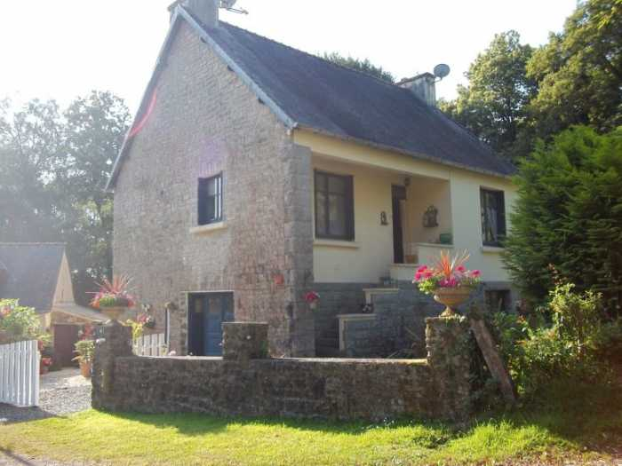 UNDER OFFER AHIB-3-M2493-29141152 Nr Loqueffret 29530 A beautiful environment for this lovely property, main house and cottage with 5,000m² garden!