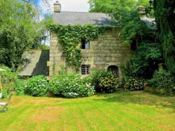 AHIB-1-AM Saint-Nicodème 22160 18th century manor house on 8811m2 grounds.