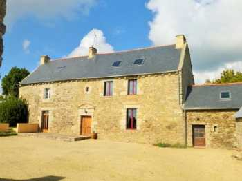 AHIB-1-AM 2 Jugon Les Lacs 22270 New to the market, this 17th century 4 bedroomed old farmhouse, located just outside Jugon on 3705m2