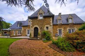 AHIB-1-YL-111 Nr Uzel 22460 Manor + 3/4 gites and/or owners accommodation (15 bedrooms) on 2+ acres with heated pool