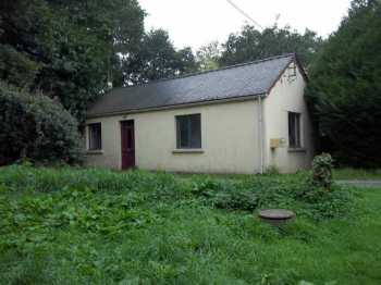 UNDER OFFER AHIB-3-M2165-2914953 Spézet Area 29540 A 2 bedroom bungalow overlooking the Nantes-Brest Canal and it's with a garden!